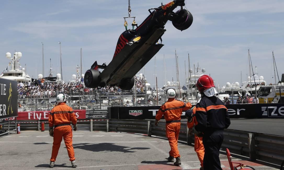 RBR do holandês Max Verstappen é retirada da pista após batida no treino deste sábado Petr David Josek / AP