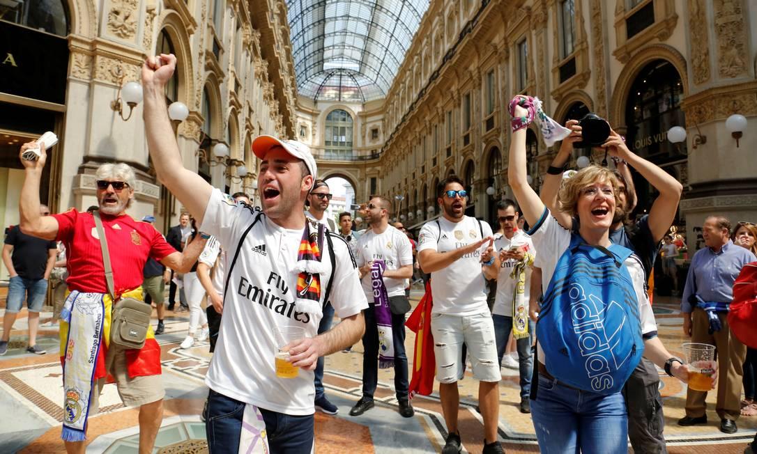 Torcedores do Real Madrid cantam em Milão antes da final da Liga dos Campeões, contra o Atlético de Madri TONY GENTILE / REUTERS