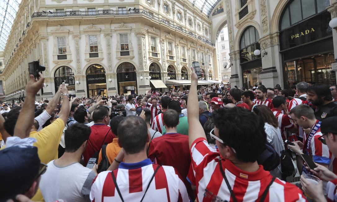 Torcedores do Atlético de Madri em frente à Galeria Vittorio Emanuele II, horas antes da decisão da Liga dos Campeões, contra o Real Madrid Luca Bruno / AP