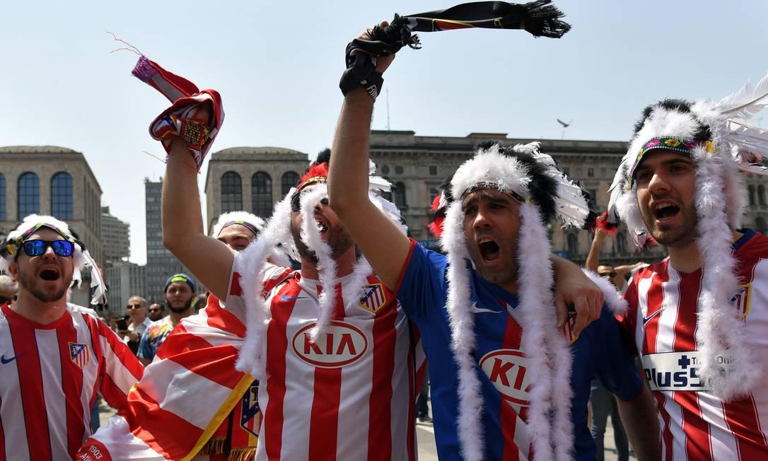 Torcedores do Atlético de Madri fazem a festa em Milão antes da final da Liga dos Campeões, contra o Real. TIZIANA FABI / AFP