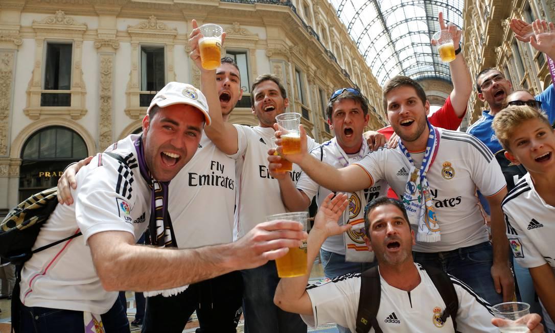Não faltou cerveja para este grupo de torcedores do Real TONY GENTILE / REUTERS