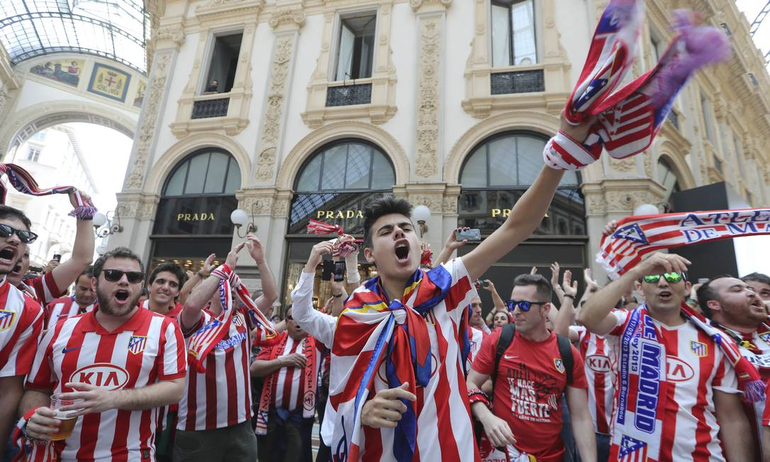 Em busca de um título inédito, torcida do Atlético mostra confiança e solta o grito em Milão Luca Bruno / AP