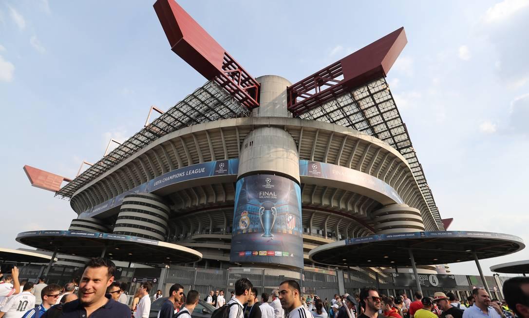 Torcedores nas proximidades do Estádio San Siro, palco da final deste sábado Carl Recine / REUTERS