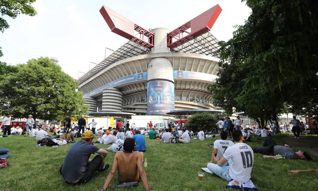 Torcedores do Real aproveitam para descansar na grama em frente ao Estádio San Siro antes decisão Carl Recine / REUTERS