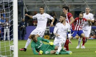Sergio Ramos, impedido, toca para o gol na saída do goleiro Oblak, diante de Cristiano Ronaldo, e marca para o Real Madrid na final da Liga dos Campeões contra o Atlético de Madrid Foto: Andrew Medichini / AP