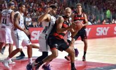 Marquinhos tenta fugir da marcação na vitória do Flamengo sobre o Bauru na terceira partida das finais do NBB, na Arena Carioca 2 Foto: João Pires / LNB/Divulgação