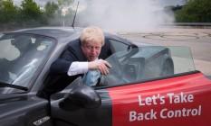 O ex-prefeito desce de um carro esporte durante a campanha pela saída do Reino Unido da UE: popularidade atrai atenção, mas exageros prejudicam credibilidade Foto: Stefan Rousseau / AP