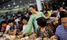 Restaurante norte-coreano no Camboja: garçonetes escolhidas entre estudantes de famílias leais ao regime Foto: ADAM FERGUSON / ADAM FERGUSON/The New York Times