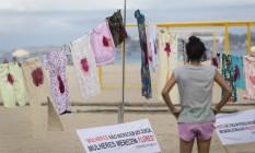 """Roupas sujas de """"sangue"""" ficaram estendidas em um varal montado na Praia de Copacabana, na manhã de ontem: protesto contra o estupro de adolescente Foto: Agência O Globo / Fernando Lemos"""