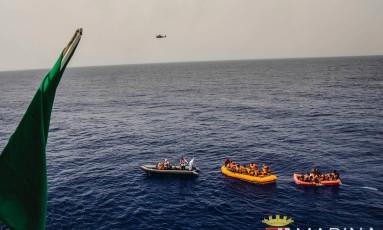 Imigrantes são resgatados no Mar Mediterrâneo em 27 de maio Foto: Raffaele Martino / AP