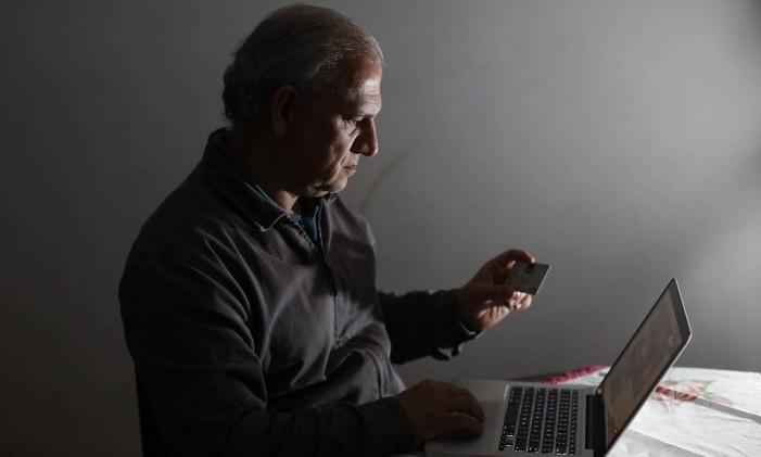 """Experiência ruim. José Tadeu teve o cartão de crédito clonado ao tentar comprar um celular: """"Infelizmente, há dezenas de sites que se fazem passar pelo Submarino"""" Foto: Edilson Dantas"""