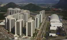 Arremate final. Vista aérea da vila dos atletas: com 200 mil metros quadrados, complexo de sete condomínios está em fase de montagem dos apartamentos, distribuídos em 31 prédios, e também de tendas de estruturas temporárias Foto: Genilson Araújo