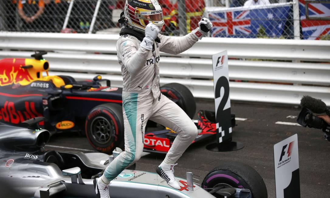 Lewis Hamilton comemora a vitória no GP de Mônaco ERIC GAILLARD / REUTERS