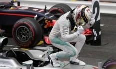 Em cima de sua propria Mercedes, Lewis Hamilton festeja a primeira vitória em 2016 Foto: Petr David Josek / AP