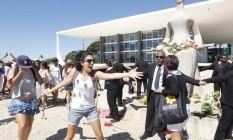 Centenas de manifestantes participaram da Marcha das Flores em Brasília, em protesto pelo estupro coletivo ocorrido no Rio Foto: Givaldo Barbosa / Agência O Globo