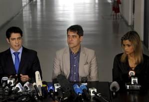 Sindicato saiu em defesa do delegado Alessandro Thiers (à esquerda) Foto: Gabriel de Paiva / Agência O Globo