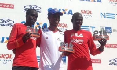 O queniano Elijah Kipkemei, ao centro, foi o campeão no Aterro do Flamengo Foto: Divulgação