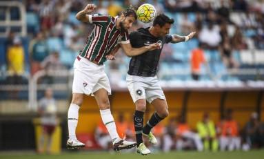 O tricolor Henrique e o alvinegro Salgueiro disputam a bola aérea em Volta Redonda Foto: Daniel Marenco / Agencia O Globo