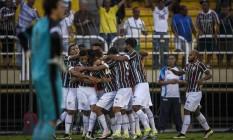 Com o goleiro do Botafogo, Helton Leite, desapontado, jogadores do Fluminense comemoram o gol de Fred, o da vitória no clássico em Volta Redonda pela 4ª rodada do Brasileiro Foto: Daniel Marenco / Agência O Globo