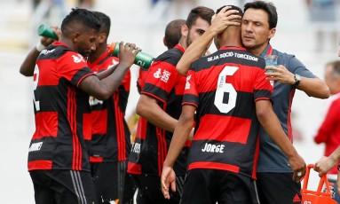 O técnico interino do Flamengo abraça o lateral Jorge, autor do belo gol da vitória contra a Ponte Preta, em Campinas Foto: Rodrigo Coca / Divulgação Flamengo
