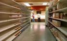 Prateleiras vazias de um mercado em Caracas retratam o drama venezuelano.: escassez geral de alimentos básicos e medicamentos Foto: JUAN BARRETO / JUAN BARRETO/AFP