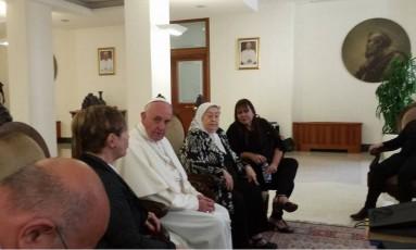 O Papa Francisco recebeu a presidente das Mães da Praça de Maio, Hebe de Bonafini Foto: REPRODUÇÃO/TWITTER
