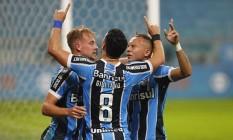 Jogadores do Grêmio comemoram um dos gols da vitória por 2 a 0 sobre o Coritiba: novo líder do Brasileiro Foto: Lucas Uebel / Divulgação Grêmio