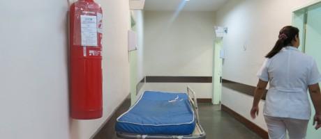 No Hospital Getúlio Vargas, na Penha, os extintores que estavam nos corredores até a semana passada tinham o prazo vencido em março deste ano Foto: Agência O Globo / Vera Araújo