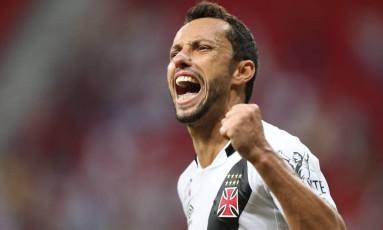 Nenê festeja gol do Vasco contra o Vila Nova: cobrança de falta com maestria Foto: Jorge William / Agência O Globo