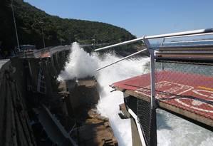 Ciclovia caiu após onda atingir parte inferior da estrutura Foto: Custódio Coimbra - 21/04/2016 / Agência O Globo