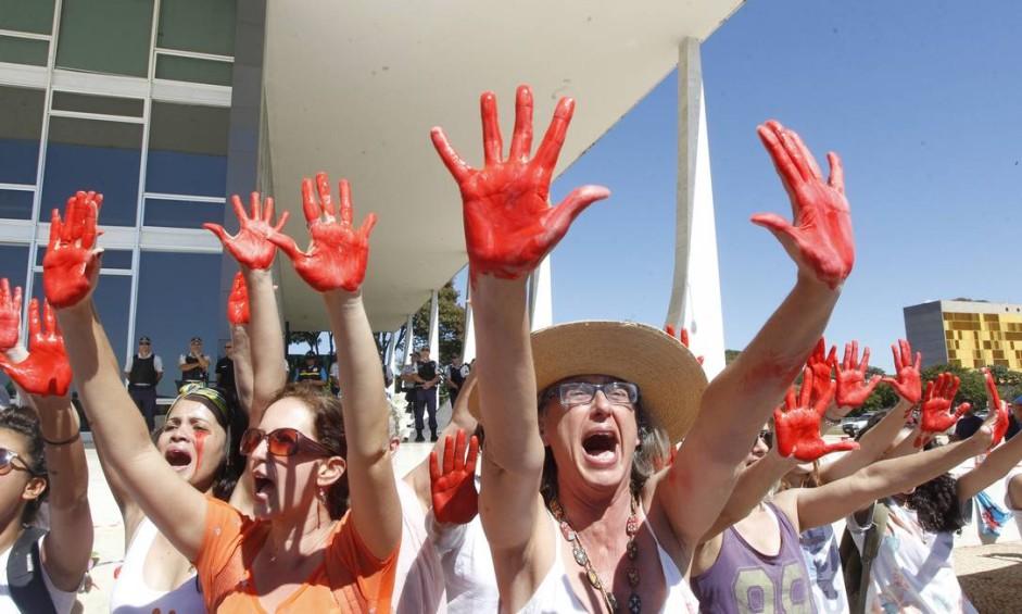 Centenas de pessoas participaram de protesto contra o estupro coletivo ocorrido no Rio de Janeiro na semana passada. Os manifestantes se concentraram em frente ao prédio do STF Foto: Givaldo Barbosa / Agência O Globo