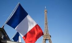 Bandeira nacional da França com a Torre Eiffel ao fundo, em Paris, na França Foto: Simon Dawson / Bloomberg