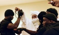 Habre (centro) é conduzido por guardas até o tribunal nas primeiras sessões de seu julgamento pelas câmaras africanas extraordinárias em Dakar, em 20 de julho de 2015 Foto: SEYLLOU / AFP