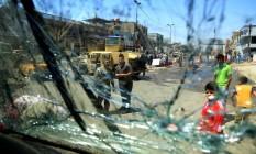Iraquianos observam destruição após bombardeio em Bagdá Foto: Karim Kadim / AP