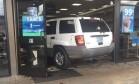 Mulher sem habilitação dirige carro pela primeira vez e invade loja de conveniência Foto: Divulgação
