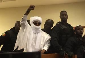 Hissene Habre levanta o punho durante anúncio da sentença em Dakar, no Senegal Foto: Carley Petesch / AP