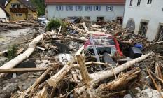 Carros ficam destruídos após inundações em Braunsbach, na Alemanha Foto: KAI PFAFFENBACH / REUTERS