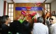 Servidores da CGU fazem manifestação lavando a porta do gabinete do ministro Fabiano Silveira.