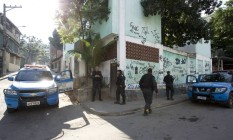 Polícia Militar durante operação no Morro do Barão, na Praça Seca, onde a adolescente de 16 anos foi violentada Foto: Márcia Foletto / O Globo