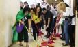 Servidores da CGU fazem manifestação lavando o corredor do gabinete do ministro Fabiano Silveira