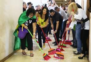 Servidores da CGU fazem manifestação lavando o corredor do gabinete do ministro Fabiano Silveira Foto: Jorge William / Agência O Globo