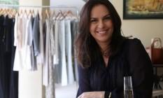 No condomínio Novo Leblon, Alessandra Garcia serve champanhe para os clientes Foto: Agência O Globo / Custodio Coimbra
