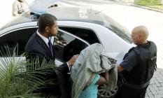 Mãe de suspeita chega à Cidade da Polícia com advogado Foto: O Globo / Gabriel de Paiva
