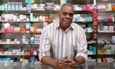 O farmacêutico Roberto Xavier é dono de uma fármácia no centro comercial do Village Barra Linda Foto: Agência O Globo / Eduardo Uzal