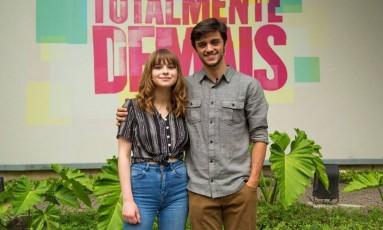 Inglesa Gabrielle Aplin com Felipe Simas, um dos protagonistas do triângulo amoroso de 'Totalmente demais' Foto: Fabiano Battaglin/Gshow