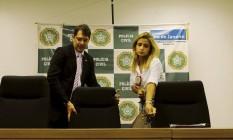 O chefe da Polícia Civil, Fernando Veloso, e a delegada Cristiana Bento, da DCAV, na entrevista sobre estupro de adolescente na Zona Oeste Foto: Gabriel de Paiva / Agência O Globo