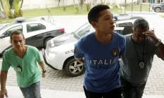 Um dos suspeitos do estupro coletivo, Lucas, chega à Cidade da Polícia Foto: Gabriel de Paiva / Agência O Globo
