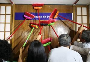 Servidores da Controladoria-Geral da União (CGU) lavam a porta do gabinete do ministro Fabiano Silveira, em protesto à sua permanência no cargo. Eles pedem a volta da CGU como uma unidade ligada à Presidência da República. Foto: Jorge William / Agência O Globo
