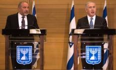 Avigdor Lieberman (esquerda) e Benjamin Netanyahu em conferência após posse de líder nacionalista como ministro da Defesa Foto: MENAHEM KAHANA / AFP