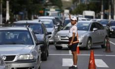 Agente orienta trânsito na Roberto Silveira: reversível provocou nó no trânsito Foto: Pablo Jacob / Agência O Globo